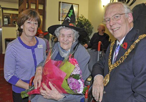 (L-r) Colten Care manager Denise Smyth, Connie Duddridge and Mayor of Winchester Frank Pearson