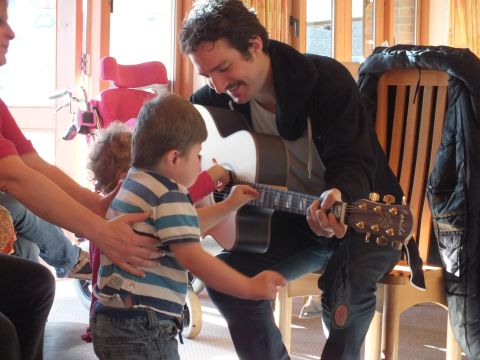 Winchester rock star Frank Turner entertains children at Naomi House hospice