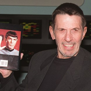 Leonard Nimoy has urged smokers to quit the habit