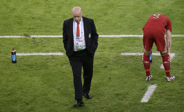 Hampshire Chronicle: Spain's head coach Vicente Del Bosque, left, walks through the coach zone during the group B World Cup soccer match between Spain and Chile at the Maracana Stadium in Rio de Janeiro, Brazil, Wednesday, June 18, 2014.  (AP Photo/Christophe Ena). (73040