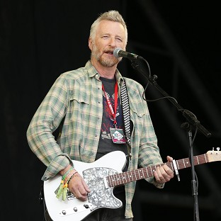 Singer Billy Bragg has helped end a ban on steel-strung guitars in UK jails